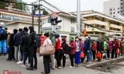 Bệnh nhân bệnh viện Bạch Mai xếp hàng dài làm thủ tục chạy thận