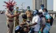 """Tin tức đời sống mới nhất ngày 1/4/2020: Cảnh sát Ấn Độ đội """"mũ bảo hiểm SARS-CoV-2"""" cảnh báo người dân"""