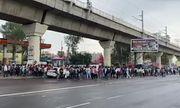 Video: Xe khách bị cấm do dịch Covid-19, hàng ngàn công nhân Ấn Độ đi bộ về quê