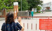 Xúc động hình ảnh bác sĩ Quảng Ninh gặp vợ qua hàng rào cách ly