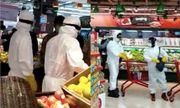 Dân mạng phẫn nộ trước cảnh 2 người dân mặc đồ bảo hộ đi siêu thị trong khi bác sĩ thiếu thốn
