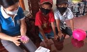 Nam sinh lớp 3 mang toàn bộ tiền trong heo nhựa ủng hộ phòng chống Covid-19