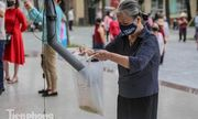Video: Ông chủ hiệu sách làm 'cây ATM' phát gạo miễn phí cho người nghèo