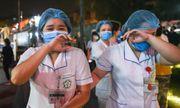 Khoảnh khắc bác sĩ, y tá bật khóc khi bệnh viện Bạch Mai dỡ bỏ cách ly