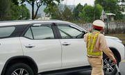 Tài xế bị phạt tiền, tước giấy phép lái xe 2 tháng vì chở khách đi chơi giữa lúc cách ly xã hội