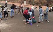 Nhóm nữ sinh tụ tập, đánh nhau túi bụi ngay trước cổng trường khiến cộng đồng mạng phẫn nộ