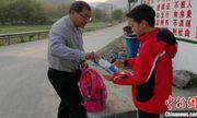 Thầy giáo 60 tuổi mỗi ngày đi bộ hơn 30 km để đưa bài tập cho học sinh phải nghỉ học vì dịch