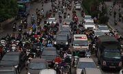 Hà Nội ngày đầu nới lỏng cách ly xã hội: Đường phố đông đúc, người dân hối hả đi làm dưới mưa
