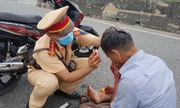 Xúc động hình ảnh chiến sĩ CSGT cầm máu cho người gặp tai nạn