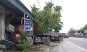 Nghệ An: Xe tải mất lái đâm vào nhà dân bên quốc lộ 1A lúc nửa đêm
