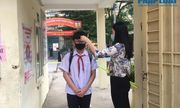 Ngày đầu tiên trở lại trường ở Hà Nội: Học sinh vui vẻ vì gặp lại bạn bè, thầy cô, phụ huynh vẫn lo lắng, e ngại