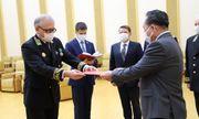 Tổng thống Vladimir Putin trao Huy chương Chiến thắng cho Chủ tịch Kim Jong Un