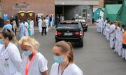 Hàng trăm nhân viên y tế Bỉ đồng loạt quay lưng lạnh lùng khi Thủ tướng tới thăm