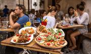 Vì sao nhiều nhà hàng không cho khách mang đồ ăn thừa về?