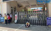 Trường khoá cửa lớp, học sinh Hà Nội đội nắng 40 độ chờ phụ huynh đến đón