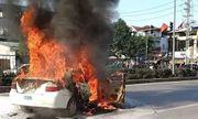 Xe tập lái bất ngờ bốc cháy khi đang lưu thông