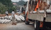Bình Phước: Lật xe container khiến gần 100 trụ điện văng ra giữa đường