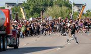 Hình ảnh xe bồn chở dầu lao vào đám đông biểu tình ở Mỹ