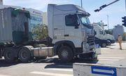 Xe máy va chạm container, bé trai 6 tuổi tử vong, mẹ nguy kịch