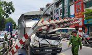 Hà Nội: Xe tải đâm sập thanh hạn chế chiều cao cầu vượt Thái Hà, tài xế may mắn thoát chết