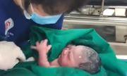 Hà Nội: Cấp cứu thành công sản phụ đẻ rơi em bé nặng 3,7kg trên taxi