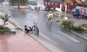 Nam sinh lớp 6 dọn rác ở miệng cống giữa trời mưa tầm tã khiến cộng đồng mạng thán phục