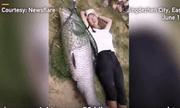 Video: Ngư dân thích thú bắt được cá trắm đen