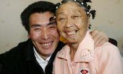 Chàng 26 tuổi kết hôn với bà lão 59 tuổi mặc gia đình ngăn cản, sau bao năm tình cảm có bền chặt?