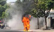Xe máy bốc cháy ngùn ngụt khi đang lưu thông, chủ xe may mắn thoát nạn