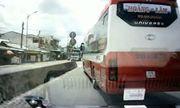 Video: Xe cứu thương liên tục hú còi, xe khách vẫn chèn ép không nhường đường