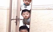 Mẹ đang trong nhà vệ sinh, 3 nhóc tì lần lượt xuất hiện ngoài cửa khiến ai nấy cũng phải phì cười