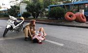 Hà Nội: Khoảnh khắc Đại úy CSGT giúp đỡ người phụ nữ đi xe đạp ngã đập đầu xuống đường