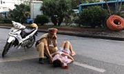 Tin tai nạn giao thông mới nhất ngày 19/7/2020: Giật mình vì tiếng còi xe, người phụ nữ ngã ra đường Hà Nội nguy kịch?
