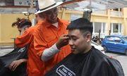Tiệm cắt tóc sinh viên đặc biệt giá 2.000 đồng