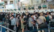Ùn tắc ở sân bay Nội Bài: Hành khách mệt mỏi chờ đợi, nằm vạ vật chờ check in