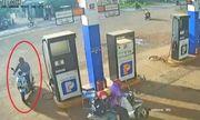 Tin tức pháp luật mới nhất ngày 27/7/2020: Công an truy tìm người nhặt cọc tiền của nhân viên cây xăng