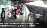 Video: Thót tim khoảnh khắc nhân viên sân ga cứu hành khách suýt bị tàu hỏa cuốn