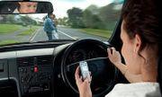Từ năm 2020, vừa lái xe vừa dùng điện thoại bị phạt bao nhiêu tiền?