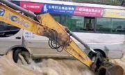 Video: Nghẹt thở cảnh dùng máy xúc cứu 14 người trong xe buýt kẹt trên sông