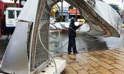 Video: Khoảnh khắc gió lớn quật đổ hai cổng hoa cao 7m