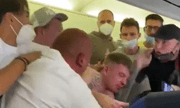 Video: Hai hành khách đấm nhau hộc máu mũi trên máy bay vì tranh cãi chuyện đeo khẩu trang