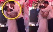 Chú rể ghì cổ, cưỡng hôn cô dâu trên sân khấu khiến cả khán phòng và MC