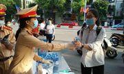 Hà Nội: CSGT tặng khẩu trang và nước uống cho các thí sinh thi tốt nghiệp THPT 2020