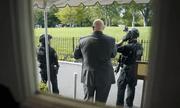 Nổ súng bên ngoài Nhà Trắng, Tổng thống Trump được mật vũ Mỹ hộ tống rời họp báo ngay lập tức
