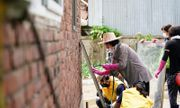 Đệ nhất phu nhân Hàn Quốc cùng người dân dọn dẹp sau lũ