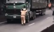 Video: CSGT Ninh Bình bị tài xế đẩy chạy lùi hàng chục mét