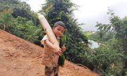 Xúc động hình ảnh cậu bé 8 tuổi vác măng rừng