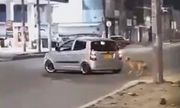 """Video: Đau lòng chú chó bị bỏ rơi """"mải miết"""" đuổi theo xe ô tô chạy càng lúc càng nhanh của chủ"""