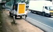 Video: Người đàn ông thoát chết trong gang tấc khi đang