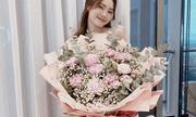 Ninh Dương Lan Ngọc được tặng bó hoa